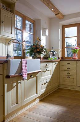 country Kitchen by Beinder Schreinerei & Wohndesign GmbH