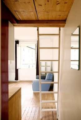 ALL IN ONE: Couloir et hall d'entrée de style  par BKBS