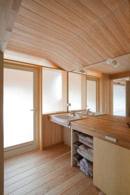 modern Bathroom by 新井アトリエ一級建築士事務所