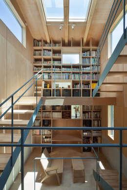 House in  Nanakuma: MOVEDESIGNが手掛けた玄関・廊下・階段です。