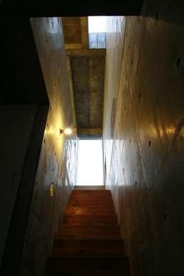 Corridor & hallway by 白根博紀建築設計事務所