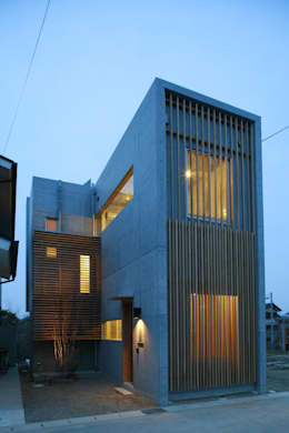 玄関側外観。夜景。: 白根博紀建築設計事務所が手掛けた家です。