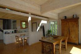 Maison écologique de José Bové: Salle à manger de style de style Moderne par eco-designer