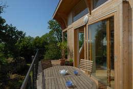 Maison écologique de José Bové: Terrasse de style  par eco-designer