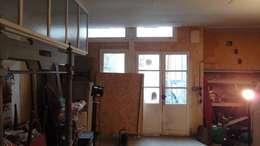Photo de l'atelier avant travaux  : Vue sur les ouvertures donnant sur la cour:  de style  par JA'AD