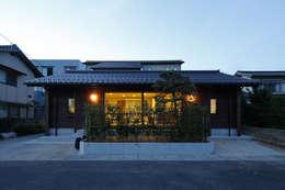 灯りのある外観2: 白根博紀建築設計事務所が手掛けた家です。