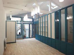 Photo de l'atelier après travaux : Vue sur l'open space et le mobilier sur mesure:  de style  par JA'AD