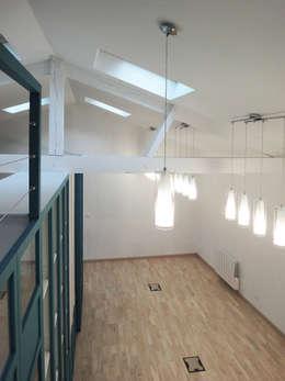 Photo de l'atelier après travaux : Vue depuis la mezzanine sur l'open space au RDC:  de style  par JA'AD