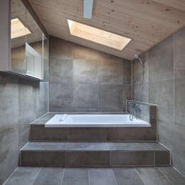 Baños de estilo moderno por 리을도랑아틀리에