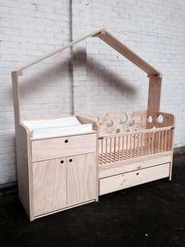 Babybedje + commode: moderne Kinderkamer door OneSevenTree
