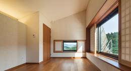 Salas / recibidores de estilo moderno por PRAUD