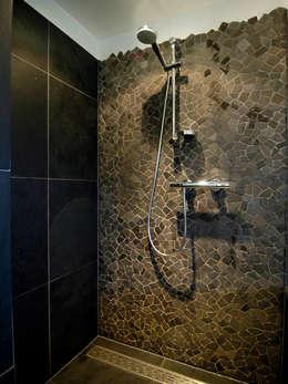 Brokkelrand in douche: moderne Badkamer door Schindler interieurarchitecten