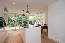 Vergunningsvrije uitbouw Bussum: minimalistische Eetkamer door Het Ontwerphuis