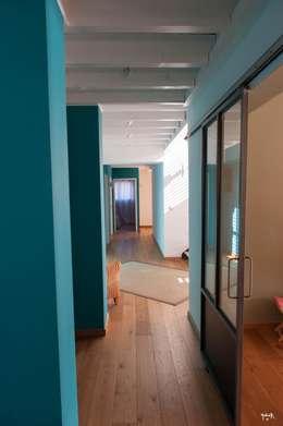 Pasillos y recibidores de estilo  por POUGET Agnès