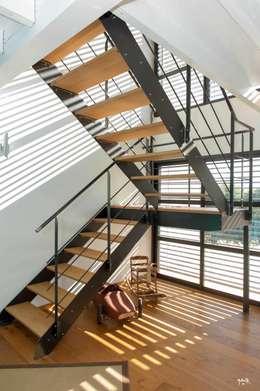 L'escalier...colonne vertébrale: Couloir, entrée, escaliers de style de style Industriel par POUGET Agnès