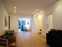 Luxe verbouwing Amsterdam: minimalistische Woonkamer door Het Ontwerphuis