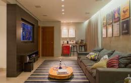RESIDÊNCIA HANRIOT: Salas de estar modernas por Isabela Bethônico Arquitetura