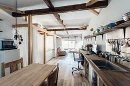 2FLフロアー: coil松村一輝建設計事務所が手掛けたリビングです。