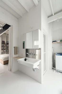 eclectic Bathroom by coil松村一輝建設計事務所