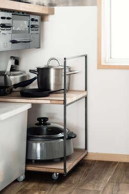 細見のアイアンフレームとラワンランバー合板でのワゴン: coil松村一輝建設計事務所が手掛けたキッチンです。