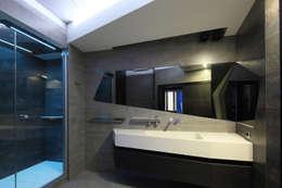квартира на Масловке: Ванные комнаты в . Автор – Disobject architects