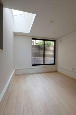 品川の住処: 株式会社ハウジングアーキテクト建築設計事務所が手掛けた寝室です。