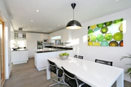 moderne Eetkamer door build different