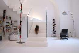 Pasillos y recibidores de estilo  por Serenella Pari design