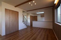 ガレージハウス: 株式会社ハウジングアーキテクト建築設計事務所が手掛けたリビングです。