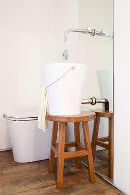 modern Bathroom by Flávia Gerab
