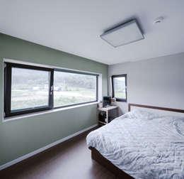 청원 단독주택 [라온재]: KDDH Architects의  침실
