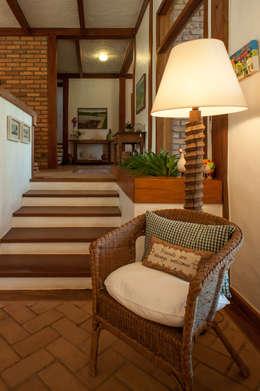 Pasillos y hall de entrada de estilo  por PM Arquitetura