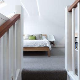 Dormitorios de estilo moderno por APE Architecture & Design Ltd.