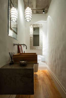 Baños de estilo industrial por PM Arquitetura