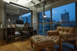 Oficinas de estilo industrial por PM Arquitetura