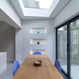 APE Architecture & Design Ltd.의  다이닝 룸