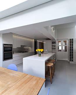 Cozinhas modernas por APE Architecture & Design Ltd.