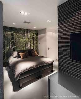 Stolpboerderij in Noord - Holland: minimalistische Slaapkamer door Decoussemaecker Interieurs