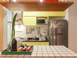 Cocinas de estilo moderno por Isabela Bethônico Arquitetura