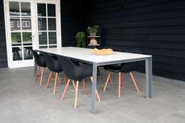 Een grote buitentafel met een ranke uitstraling: minimalistische Tuin door a-LEX