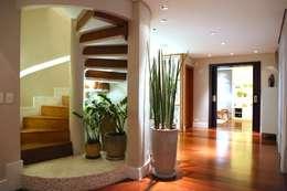 Residência Jardim Marajoara: Corredores e halls de entrada  por MeyerCortez arquitetura & design