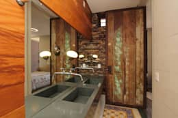 rustic Bathroom by COSTAVERAS ARQUITETOS
