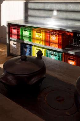 CASA DA FAZENDA: Cozinhas rústicas por COSTAVERAS ARQUITETOS