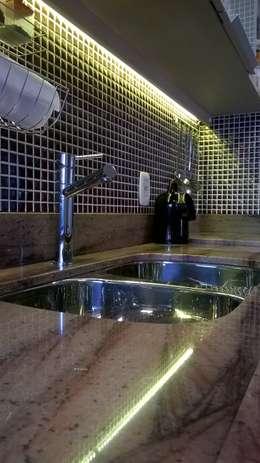 Cocinas de estilo moderno por casulo arquitetura design