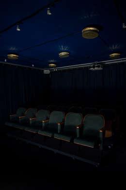Salle multimédia de style  par RefreszDizajn