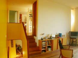 les demi niveaux: Couloir et hall d'entrée de style  par dominique tessier et associés