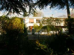 façade d'entrée vue depuis le jardin potager: Maisons de style de style Moderne par dominique tessier et associés