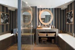 Baños de estilo moderno por Hélène de Tassigny