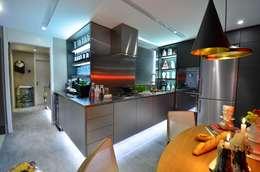 Cocinas de estilo industrial por Studio Cinque