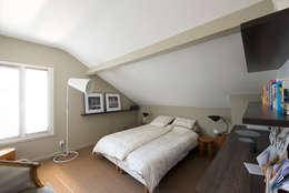 Maison individuelle Le Chesnay: Chambre de style de style Moderne par Hélène de Tassigny